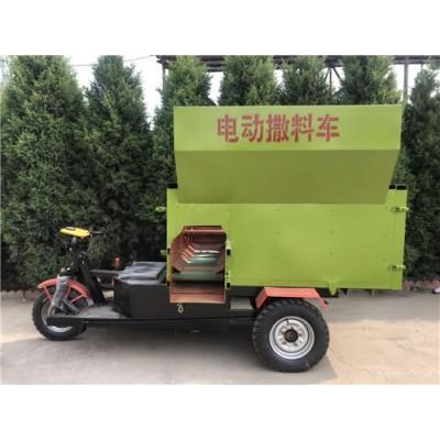 自动撒料均匀喂料的抛料车电动三轮撒料车