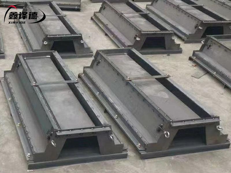鑫译德流水槽模具厂家   急流槽模具养护  排水槽模具作用